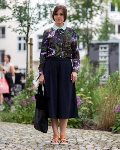 Streetstyle: Es ist immer wieder schön, die lieben Kollegen zu treffen: Anja von der MAXI kam in einer herrlich floralen Bluse zum angesagten Midi-Rock. Dazu trägt sie natürlich Schlappen - ohne die geht diesen Sommer nichts.