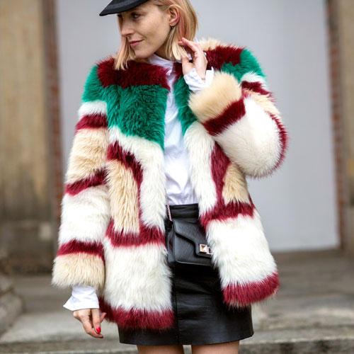 Streetstyle: Wir können uns ohne Ende am Faux-Fur-Trend ergötzen - je bunter, je toller! Mode-Redakteurin und Bloggerin Claudia Zakrocki macht uns mit ihrem Mantel und Leder-Mini glücklich.