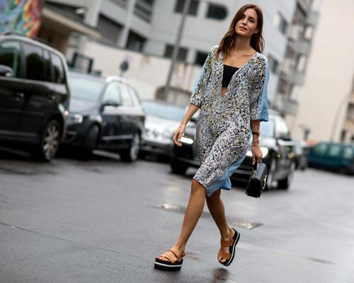 Streetstyle: Hoher Blogger-Besuch aus London: Gala Gonzalez nahm in einem coolen Lala-Musterkleid in der Front Row von Lala Berlin Platz.
