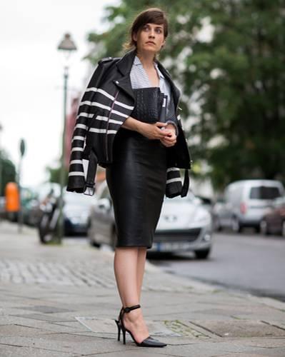 Streetstyle: Die Berliner Juli-Hitze wurde regelmäßig von Regenschauern unterbrochen - diese Modewochen-Besucherin sorgte vor und nahm ihre schick gestreifte Lederjacke mit.
