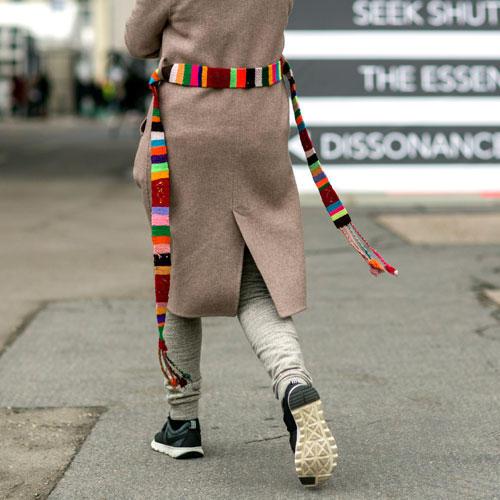 Streetstyle: Diesen Mantel-Aufpimp-Trick merken wir uns - so einen knallebunten Gürtel haben wir bestimmt auch noch irgendwo rumfliegen ...