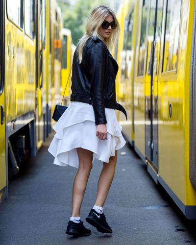Streetstyle: Ja, auch zum weißen Sommerrock (und zwischen knallgelben Straßenbahnen) machen sich Sneaker sehr gut.