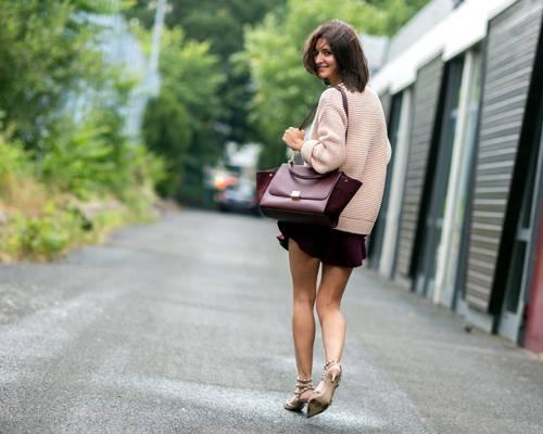 Streetstyle: ... oder im rosa Strickpulli mit weinrotem Mini-Rock, sie macht immer eine gute Figur!