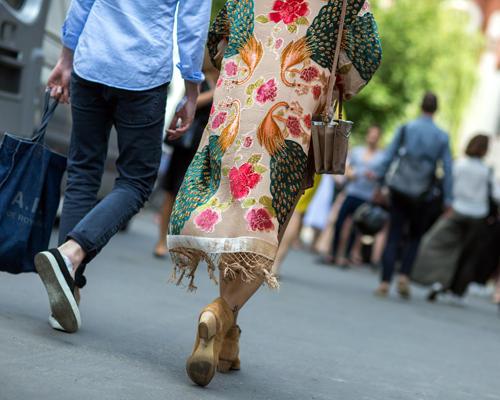 Streetstyle: Dieser Vintage-Mantel ist ein Traum - und wird von seiner Trägerin toll kombiniert. Stiefeletten und Tasche in Beige passen wunderbar zu dem chinesischen Muster.