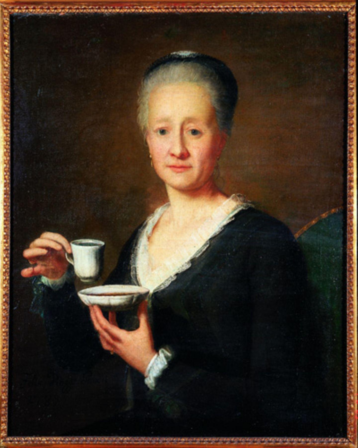 Lange Zeit war es in den oberen Kreisen üblich, das Luxusgetränk Kaffee zur Abkühlung in die Untertasse zu gießen - hier mit einem formvollendeten Abspreizen des kleinen Fingers zu bewundern.