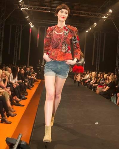 BRIGITTE Fashion Event: Die bunte Weste ist von H&M, das Top von Mey. Jeans-Shorts gesehen bei TK Maxx. Kette: Bijou Brigitte. Schuhe: Gabor.