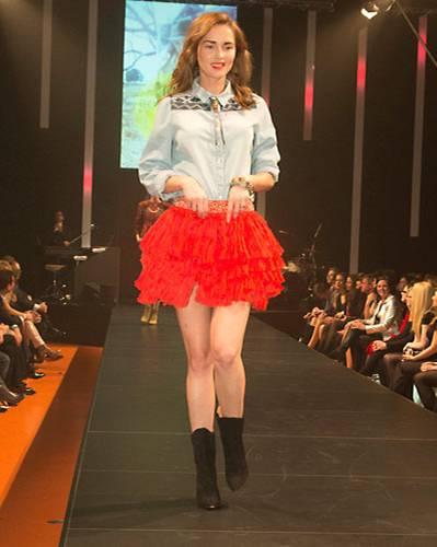 BRIGITTE Fashion Event: Besticktes Jeanshemd von Vila, Rock von H&M, Schuhe von InWear. Schmuck: Vintage.