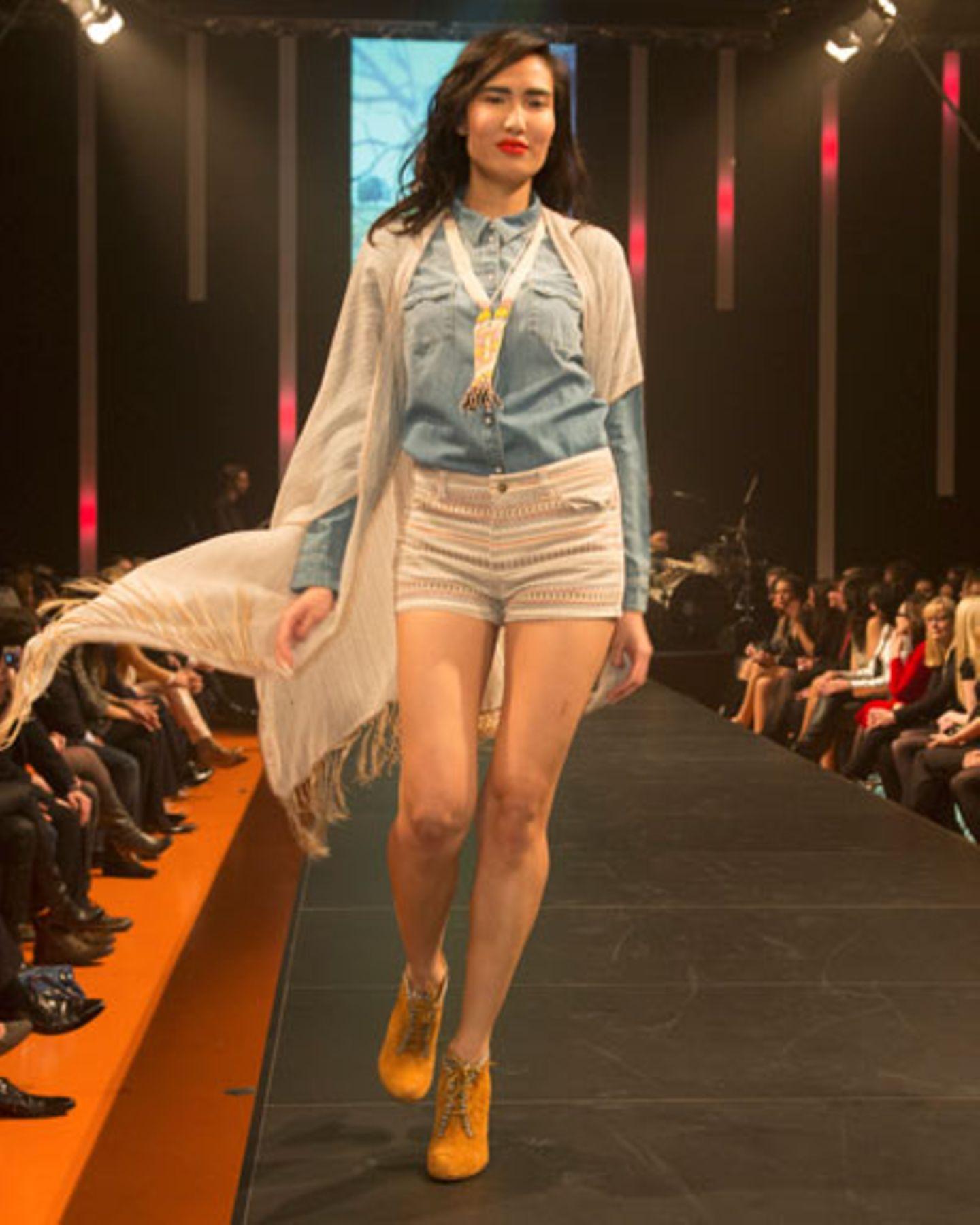 Zum Jeanshemd von Esprit passt die gemusterte Shorts von Mango. Poncho: Lena Hoschek. Kette: Paul & Joe. Schuhe: Buffalo.