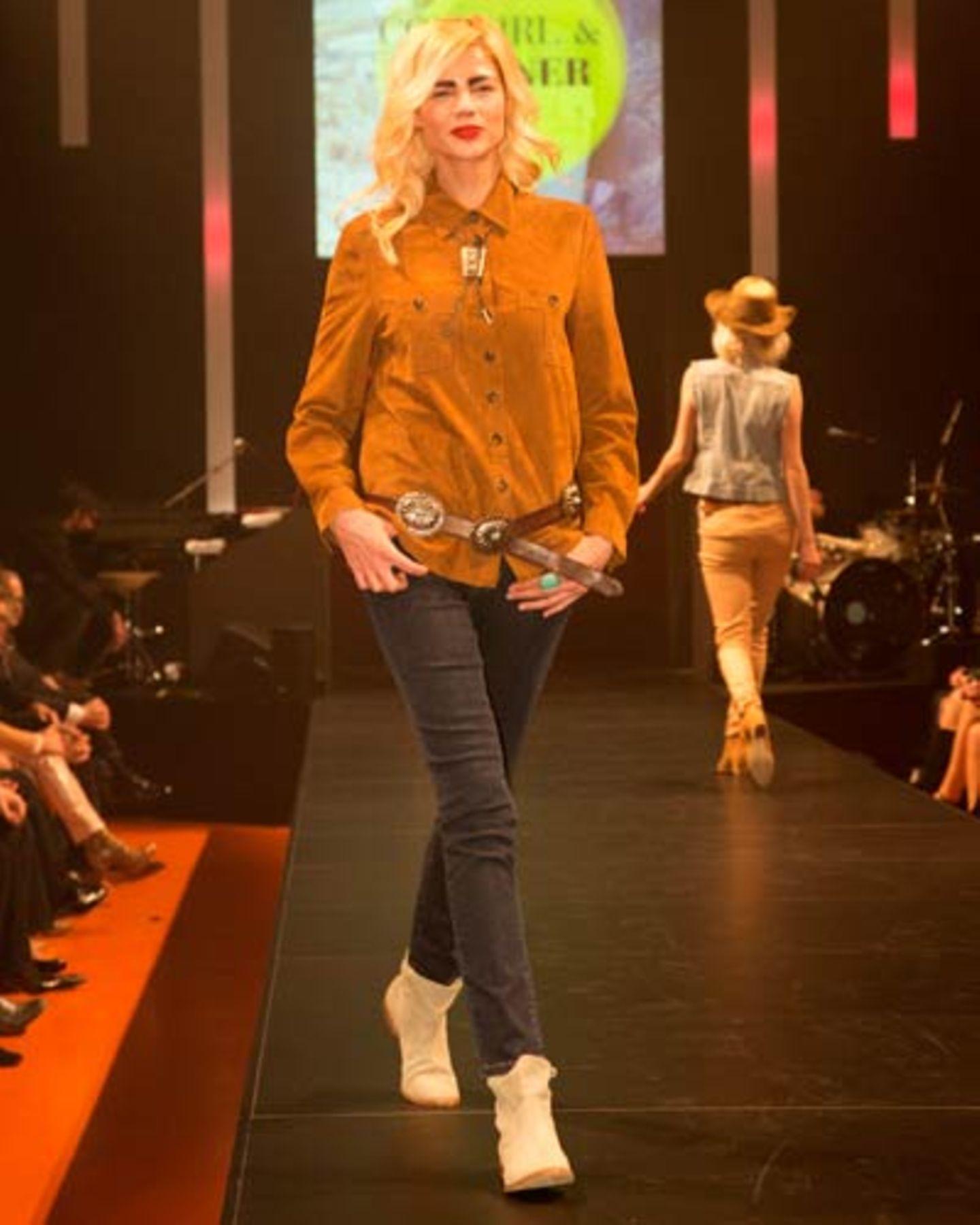 Die Jeans ist von Angels, das Hemd von Hauber. Schuhe: Högl. Schmuck: Vintage. Gürtel: Riccardo Forconi.
