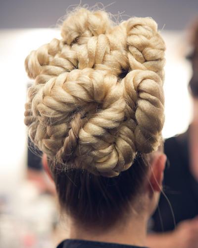 Make-up-Trends: Die Frisur wurde aufwendig geflochten und eingedreht. Pssst! Es wurden auch falsche Haarsträhnen miteingearbeitet.