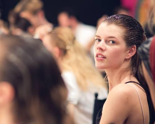 Make-up-Trends: Die Haare glänzen bei Marc Cain im Wet-Look - auch dem international erfolgreichen Model Antonia Wesseloh steht der Look ganz ausgezeichnet.