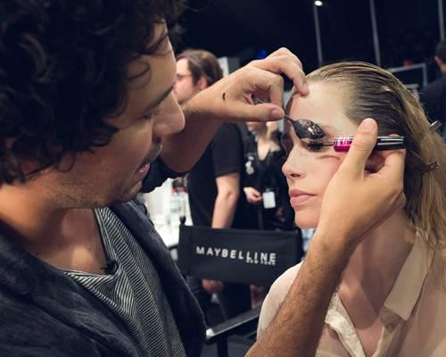 Make-up-Trends: Profi-Trick: Boris Entrup hält während des Tuschens einen Teelöffel gegen die oberen Wimpern. Das sorgt für mehr Schwung.