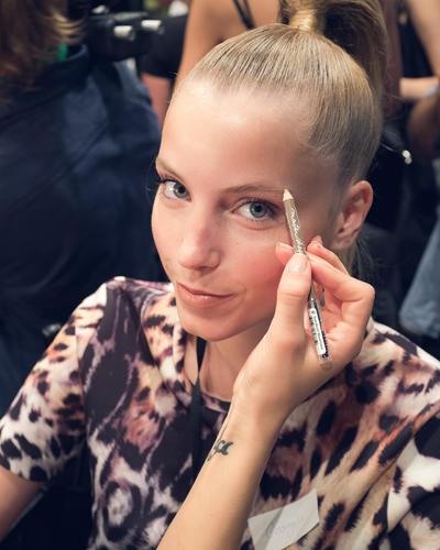 Make-up-Trends: ... und im Gesicht. Zum hochgebundenen Zopf hält sich die Farbauswahl bedeckt. Der Fokus liegt hier auf den wohldefinierten und leicht nachgezogenen Brauen.