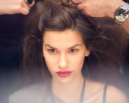 Make-up-Trends: Auch die Haare durften bei Anja Gockel etwas Unordnung vertragen und wurden voluminös toupiert.