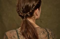 Schnell gemacht und dennoch hübsch verspielt: Die romantisch eingekordelte Frisur.