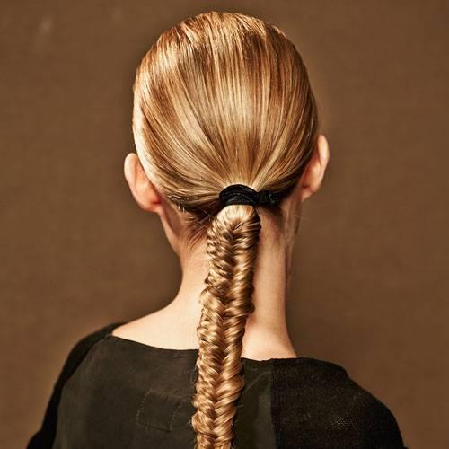 Frisuren: Wird der Abend ein wenig länger? Dann ist der filigran verschränkte Zopf genau das Richtige, weil er sehr fest geflochten wird und dadurch lange hält.