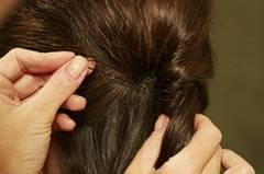 Stück für Stück weiter nach unten einschlagen. Am Ende die Haare zu einem Zopf zusammenbinden und mit einer Strähne das Haargummi umwickeln. Gut mit Haarspray benebeln.