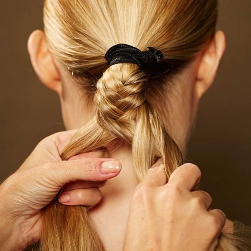 Frisuren: Je feiner die Strähnen sind, desto filigraner sieht der Zopf am Ende aus.