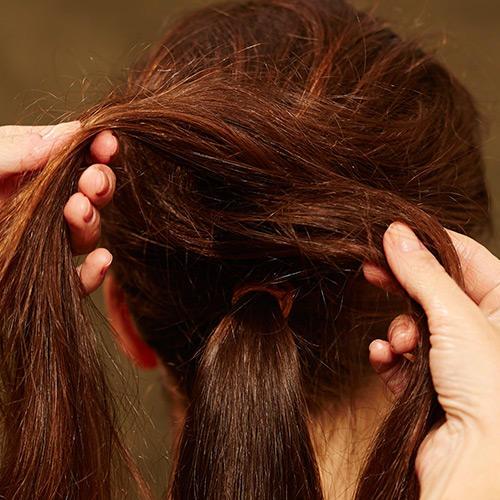 Frisuren: Die beiden Stränge am Oberkopf kreuzen.