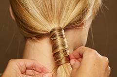 Auch die letzte Strähne wird mit einer Klammer festgesteckt. Für mehr Halt ein wenig Haarspray auf den Zopf und die Haare am Oberkopf sprühen. Wer möchte, kann auch ein wenig Glanzspray drübergeben.