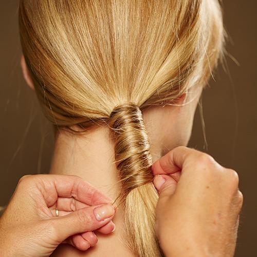 Frisuren: Auch die letzte Strähne wird mit einer Klammer festgesteckt. Für mehr Halt ein wenig Haarspray auf den Zopf und die Haare am Oberkopf sprühen. Wer möchte, kann auch ein wenig Glanzspray drübergeben.