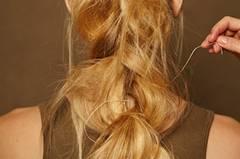 Das Lederband dabei durch die einzelnen Flechtpartien ziehen und ganz zum Schluss am oberen Haargummi befestigen. Mit Haarspray fixieren.