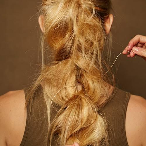 Frisuren: Das Lederband dabei durch die einzelnen Flechtpartien ziehen und ganz zum Schluss am oberen Haargummi befestigen. Mit Haarspray fixieren.