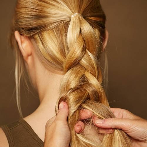 Frisuren: Dann den oberen Strang locker flechten. Nach und nach auch die restlichen Haare aus dem Nacken dazunehmen und ganz am Ende mit einem Zopfgummi befestigen.