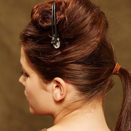 Frisuren: Die Haare mittig trennen. Den unteren Teil zu einem Pferdeschwanz zusammenbinden.