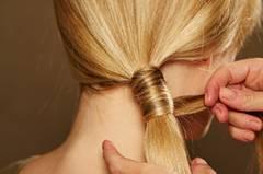 Je nach Haarlänge benötigt man für diese Frisur zwei bis drei Strähnen, mit denen man den Zopf umwickelt.