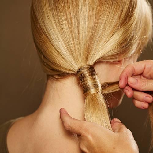 Frisuren: Je nach Haarlänge benötigt man für diese Frisur zwei bis drei Strähnen, mit denen man den Zopf umwickelt.