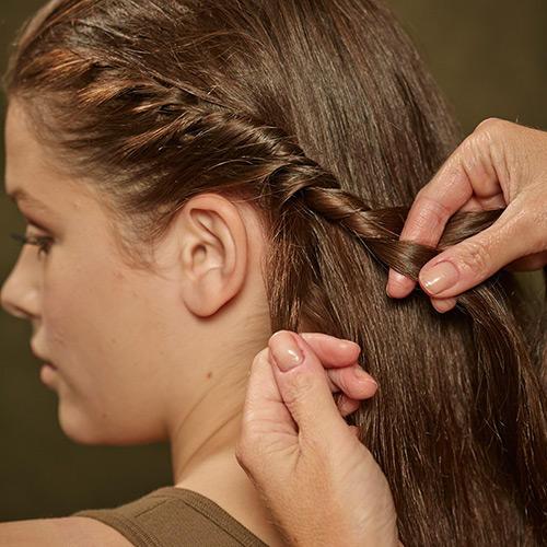 Frisuren: Zunächst werden alle Haare nach hinten gebürstet. Dann an einer Seite - vom Pony aus beginnend - die Haare am Ansatz nach innen eindrehen.