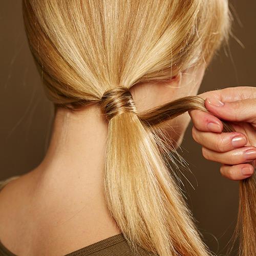 Frisuren: Dann erneut eine Strähne von der Unterseite abteilen und um den Zopf nach unten wickeln.