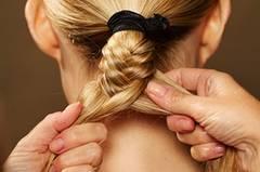 Den Zopf bis zum Ende runterflechten. Dann mit einem Haargummi befestigen und die Frisur mit Haarspray fixieren.