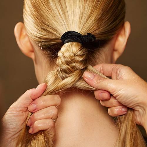 Frisuren: Den Zopf bis zum Ende runterflechten. Dann mit einem Haargummi befestigen und die Frisur mit Haarspray fixieren.