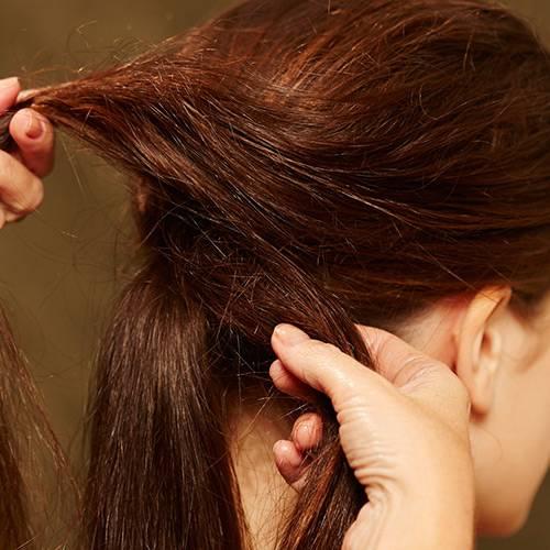 Frisuren: Mit Klammern unter dem Zopf feststecken. Darauf achten, dass die Haare nicht zu streng anliegen. Anschließend vorsichtig ein paar Strähnen am Oberkopf rauszupfen, mit Haarspray fixieren. Dadurch bekommt diese Frisur ihren leicht zersausten Look.