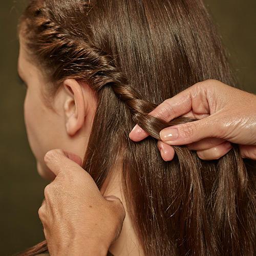 Frisuren: Nach und nach immer mehr Haare dazunehmen.