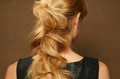 Der wild geflochtene Zopf passt gut zu langen, sehr dicken Haaren.