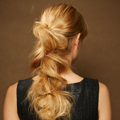 Frisuren: Der wild geflochtene Zopf passt gut zu langen, sehr dicken Haaren.
