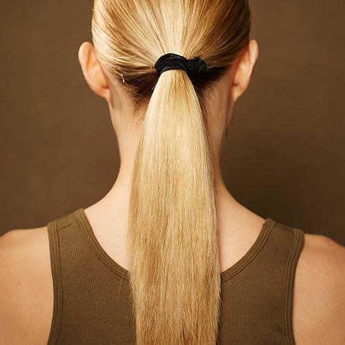 Frisuren: Zunächst alle Haare stramm zurücknehmen und zu einem Pferdeschwanz binden.