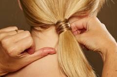 Das Ende der Strähne mit einer Klammer möglichst unsichtbar feststecken. Am wenigsten fallen Spangen auf, wenn sie den gleichen Ton der Haarfarbe haben.