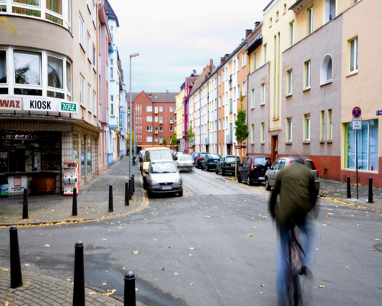 Bei der Auswahl den Straßen ging es Gerz vor allem darum, gewöhnliche Orte zu finden. So wie die Sankt-Johann-Straße in Duisburg.