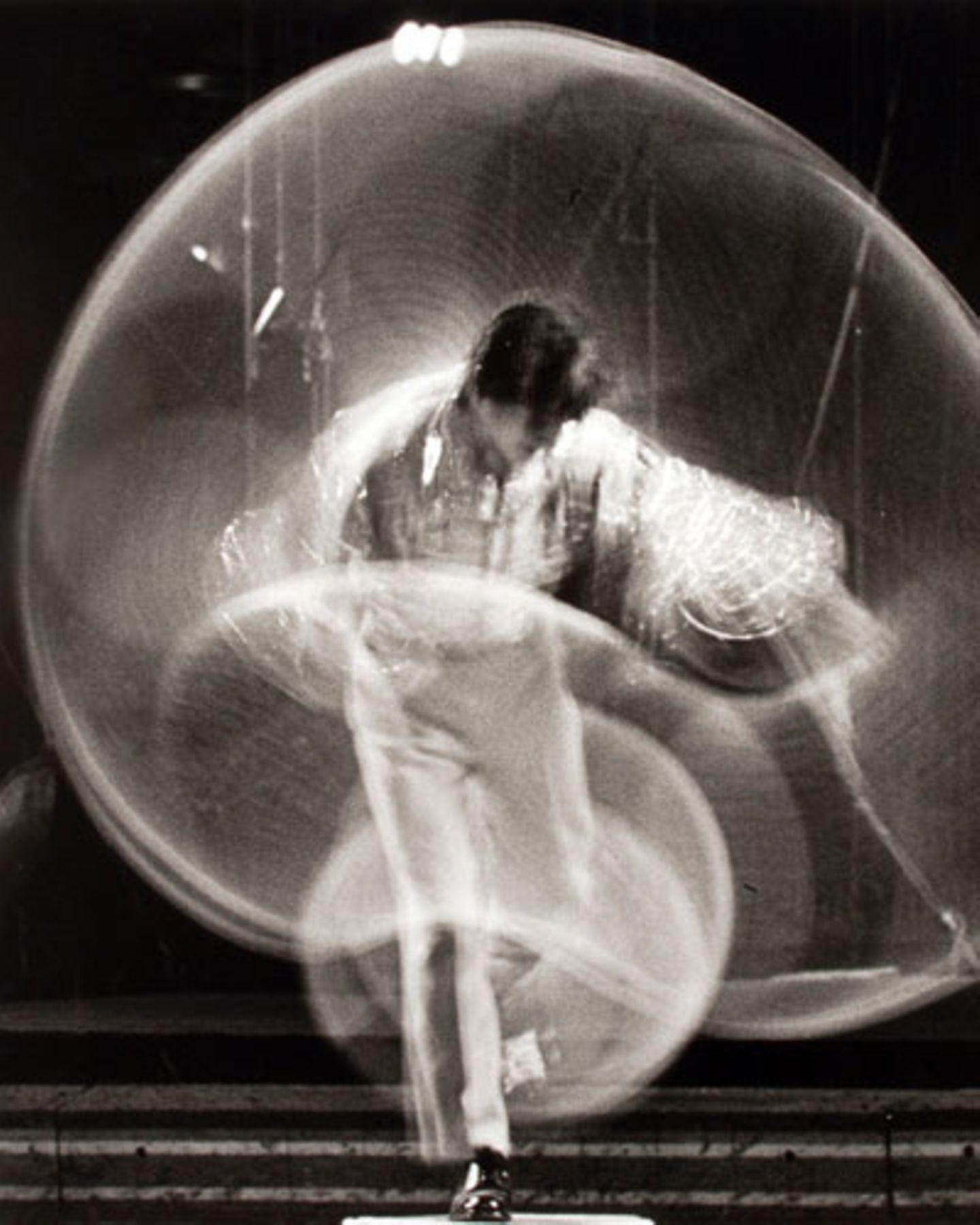 Paul Himmel begann nach seinem Master-Studium der Biologie in den 1940er Jahren mit der Fotografie. 1969 legte er die Kamera wieder aus der Hand, schmiss gemeinsam mit seiner Frau Lillian viele Negative einfach in einen Müllsack. Erst Anfang der 90er wurde der zufällig gefunden. In den 20 Jahren dazwischen arbeitete Himmel erfolgreich als Psychologe, nachdem er ein Psychologiestudium absolviert hatte.