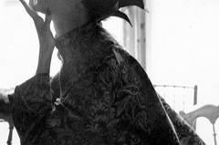 Lillian Bassman und ihr Ehemann Paul Himmel gehören zu den großen Fotografen des 20. Jahrhunderts, allerdings sind ihre Werke beim breiten Publikum bisher eher unbekannt. Bassmans Modefotografien entstanden vor allem in den 40er und 50er Jahren und zeichnen sich durch ihre Eleganz und Stilsicherheit aus.