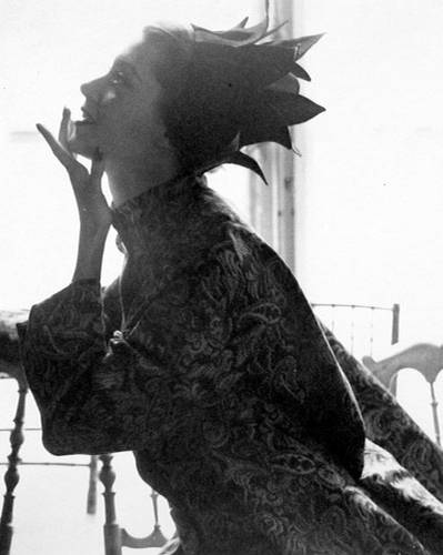 Fotografie: Lillian Bassman und ihr Ehemann Paul Himmel gehören zu den großen Fotografen des 20. Jahrhunderts, allerdings sind ihre Werke beim breiten Publikum bisher eher unbekannt. Bassmans Modefotografien entstanden vor allem in den 40er und 50er Jahren und zeichnen sich durch ihre Eleganz und Stilsicherheit aus.