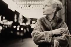 """Das Paar fotografierte sich in den fast acht gemeinsamen Jahrzehnten oft gegenseitig. Ihre Privataufnahmen hatten stets auch einen künstlerischen Anspruch wie hier bei dem Foto, das Himmel in den 1950ern von seiner Frau geschossen hat. Das umfassende Werk des außergewöhnlichen Paares wurde aus der Mülltüte gerettet und wird bis zum 21. Februar 2010 in der Ausstellung """"Lillian Bassman & Paul Himmel. Die erste Retrospektive"""" in den Deichtorhallen (Hamburg) gezeigt. Mehr zu der Ausstellung erfahren Sie beim Art Magazin"""