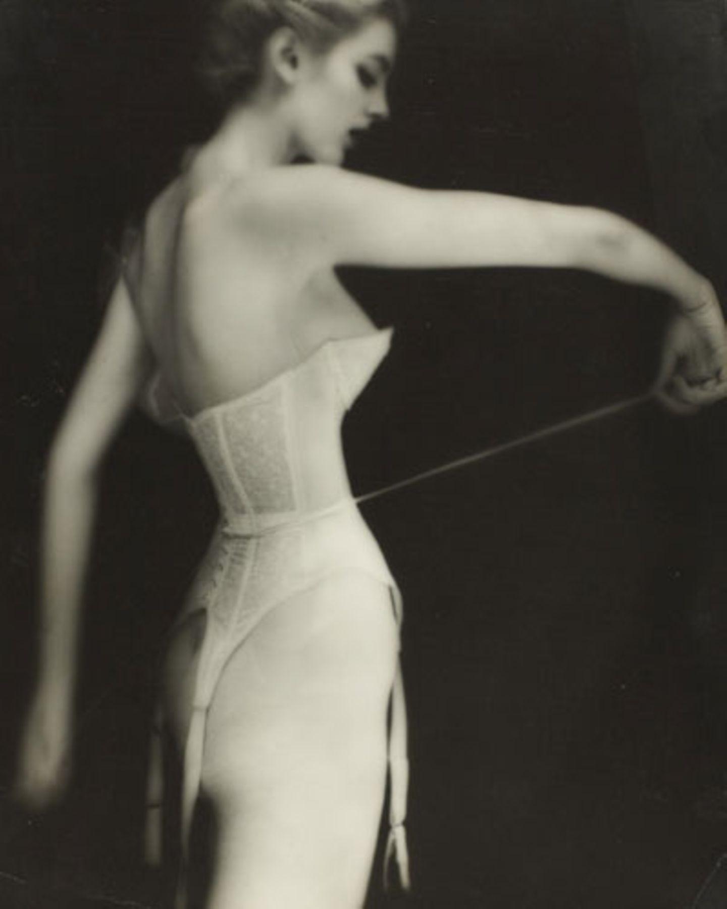 """Von 1946 bis 1949 arbeitete Lillian Bassman als Art Director beim Jugendableger des weltberühmten Modemagazins """"Harper's Bazaar"""", förderte die Karriere von Ausnahmefotografen wie Richard Avedon und Robert Frank. Ab 1949 wurde sie selbst Fotografin für """"Harper's Bazaar"""" und andere Medien."""
