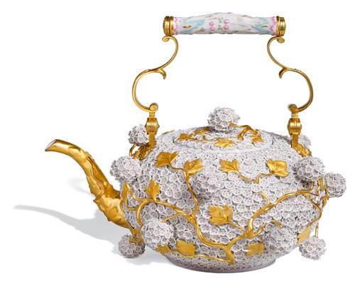 Geschirrserien: Am 23. Januar 1710 wurde die erste Porzellanmanufaktur im sächsischen Meißen gegründet. Als Marco Polo um 1300 die ersten chinesischen Porzellanstücke mitgebracht hatte, dachte man, das Geschirr sei aus Muscheln gefertigt, tüftelte vier Jahrhunderte am Geheimnis der Prozellan-Herstellung. Heute weiß man: Weiße Erde, Kaolin, ist Hauptbestandteil des weißen Goldes.