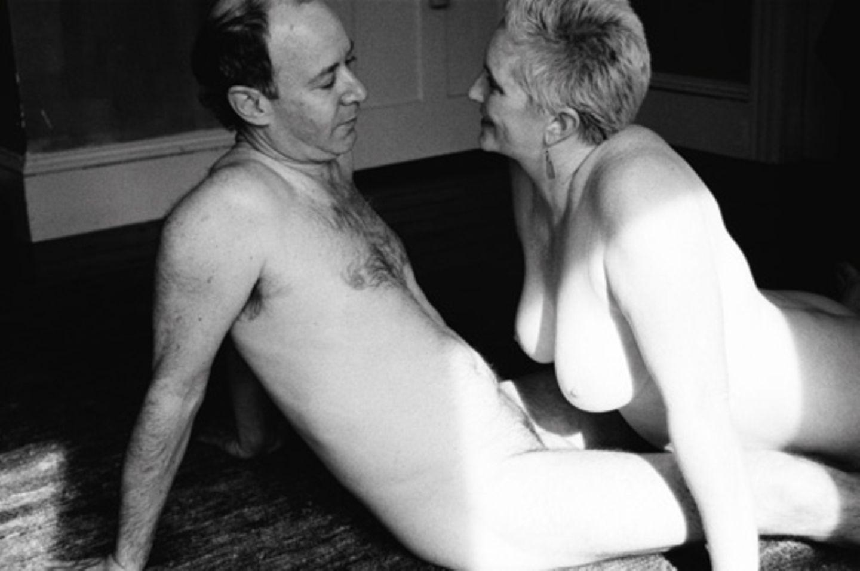"""""""Liebe machen kann man lernen!"""" Das sind die ersten Worte im neuen Buch der Paar- und Sexualtherapeutin Ann-Marlene Henning. Mit diesem Satz möchte sie allen älteren Menschen Mut machen, die wenig Sex haben, aber noch große Lust. Dass es nicht immer klappt, liege oft an falscher Kommunikation, mangelnder Übung und fehlendem Wissen, sagt Ann-Marlene Henning. In ihrem Buch räumt sie mit Vorurteilen auf und gibt praktische Tipps. """"Make more love"""" ist das Nachfolgebuch von """"Make love"""", in dem Henning Jugendliche aufgeklärt hat. """"Jetzt kriegen die Erwachsenen ihr eigenes Buch"""", erklärt sie. Außerdem soll ihre erfolgreiche Aufklärungsserie im MDR-Fernsehen demnächst fortgesetzt werden. Dass Sex immer noch leidenschaftlich sein kann und soll, beweisen auch diese Fotos, die Ann-Marlene Henning in ihrem Buch integriert hat. Paare zeigen sich in intimen Momenten - unverfälscht und liebeshungrig."""