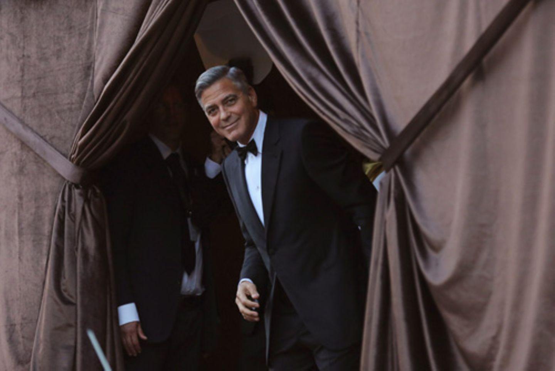 Ein letzter Moment in Freiheit: Clooney warf den Fotografen einen Blick zu, bevor er sich in das Festzelt zurückzog. Die Trauungszeremonie fand unter Ausschluss der Öffentlichkeit statt.